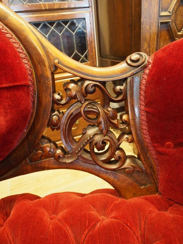 ヴィクトリアンセティー ヴィクトリアンソファ アンティークソファ ウォルナットソファ ウォールナットショウフレーム クラッシックソファ エレガンスソファ オールドフレンチ スクロールアーム カブリオーレレッグ カービング ボタンシート 彫刻 飾り彫 透かし彫り アンティーク家具 ヴィンテージ イギリスアンティーク イギリス家具 西欧アンティーク 西欧家具 西洋アンティーク 西洋家具 ヨーロッパアンティーク ヨーロッパ家具 UKアンティーク UK家具 ランカスター 関西 近畿 大阪 北摂 箕面