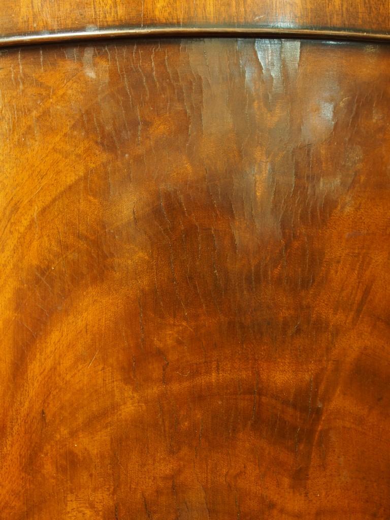 下段扉も緩やかにカーブしている為、細かな亀裂が見受けられます。 マホガニーの木目を綺麗に見せる為、薄くスライスした材を張り込んでいます。 使用する上で不具合が出てくるキズや亀裂ではありません。