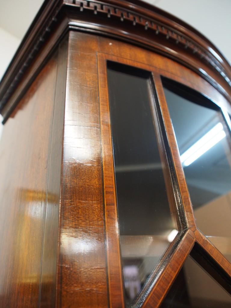 上段扉が緩やかにカーブしている為、小さく細かな亀裂が見受けられます。 マホガニーの木目を綺麗に見せる為、薄くスライスした材を張り込んでいるので、必ずこういった亀裂はおこりますが、使用する上で不具合が出てくるキズや亀裂ではありません。