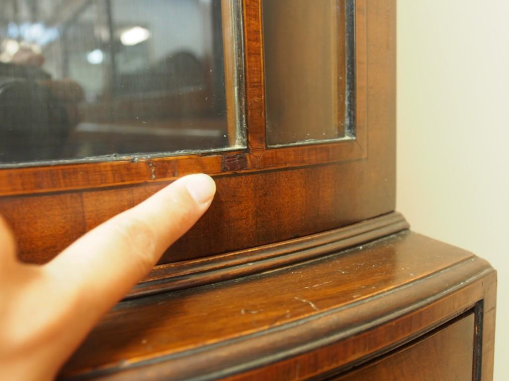 突板がはがれている部分があります。イギリスで修復していますが、こちらでもう少し綺麗に修復いたします。