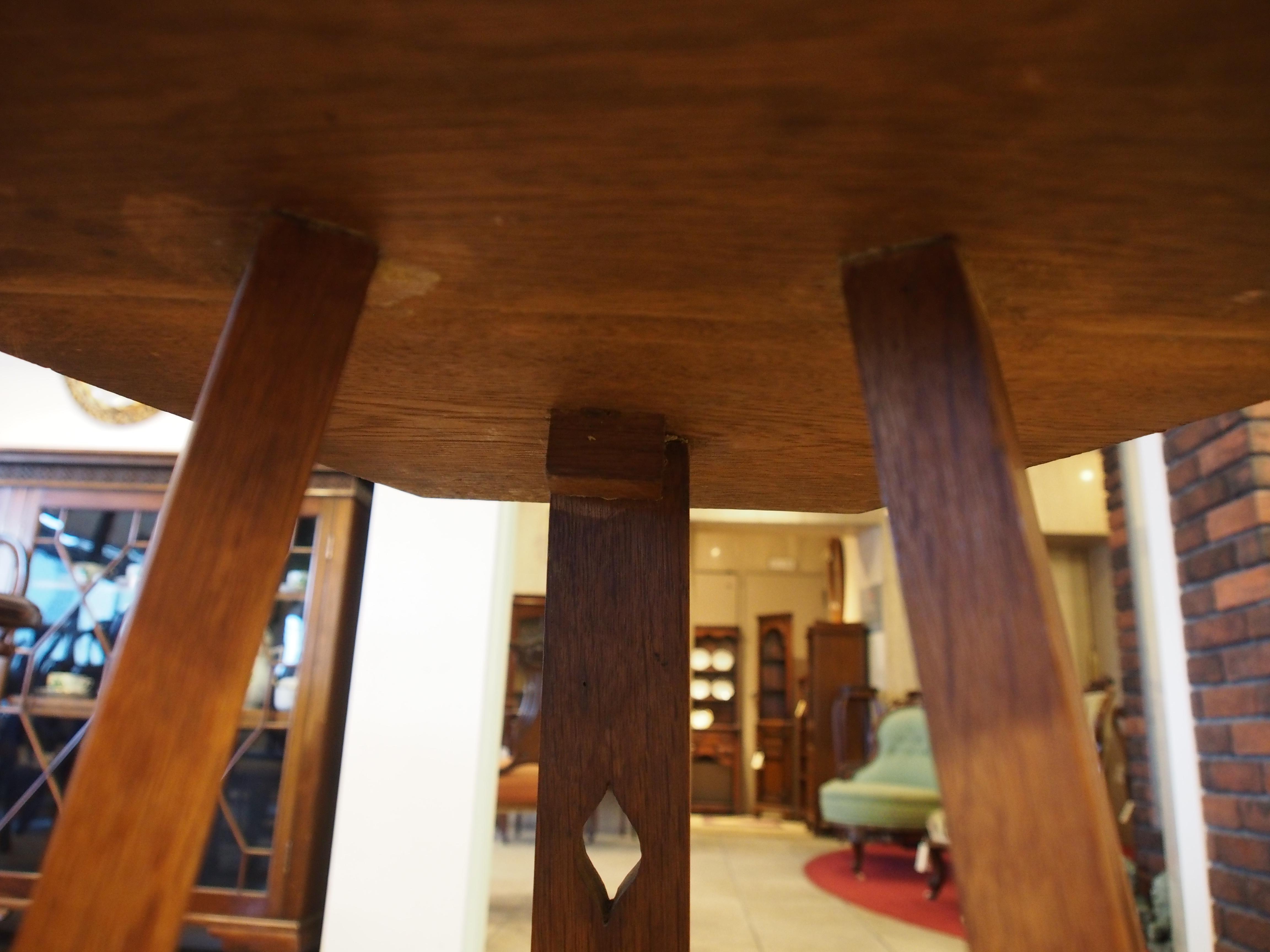 アーツアンドクラフツ オケージョナルテーブル 花台 ランプテーブル ソリッドオーク 透かし彫り 6角形 3本脚 アンティーク家具 ヴィンテージ家具 イギリスアンティークショップ 英国アンティーク家具 ツインアンティークス TWIN ANTIQUES