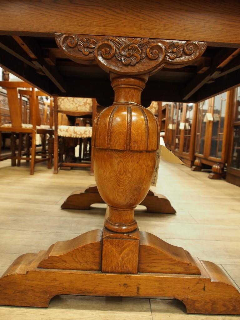 カップアンドカバー(バルボス)レッグ。 脚の付け根の彫もお洒落です。