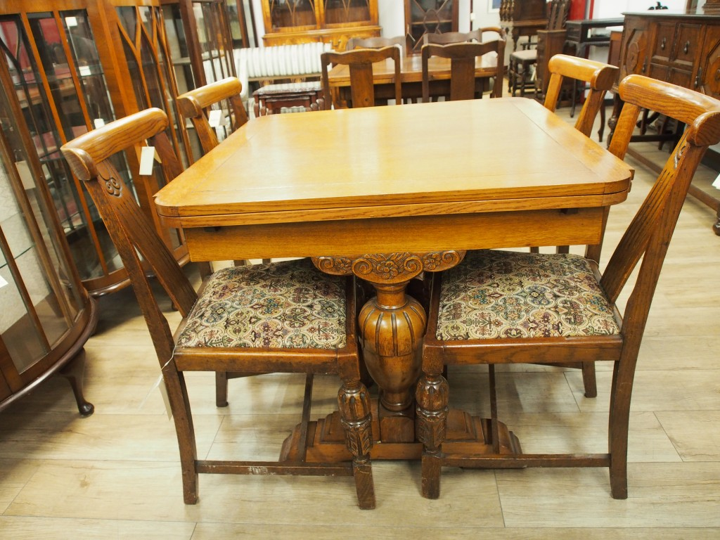 2本脚のテーブルなので4本脚と比べ足さばきが楽です。