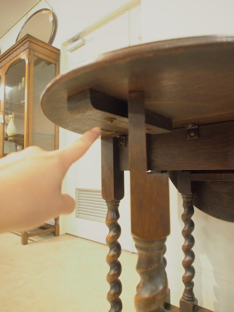 天板裏にストッパーが付いているので、使用中に脚がずれて天板がおちてしまう心配がありません。