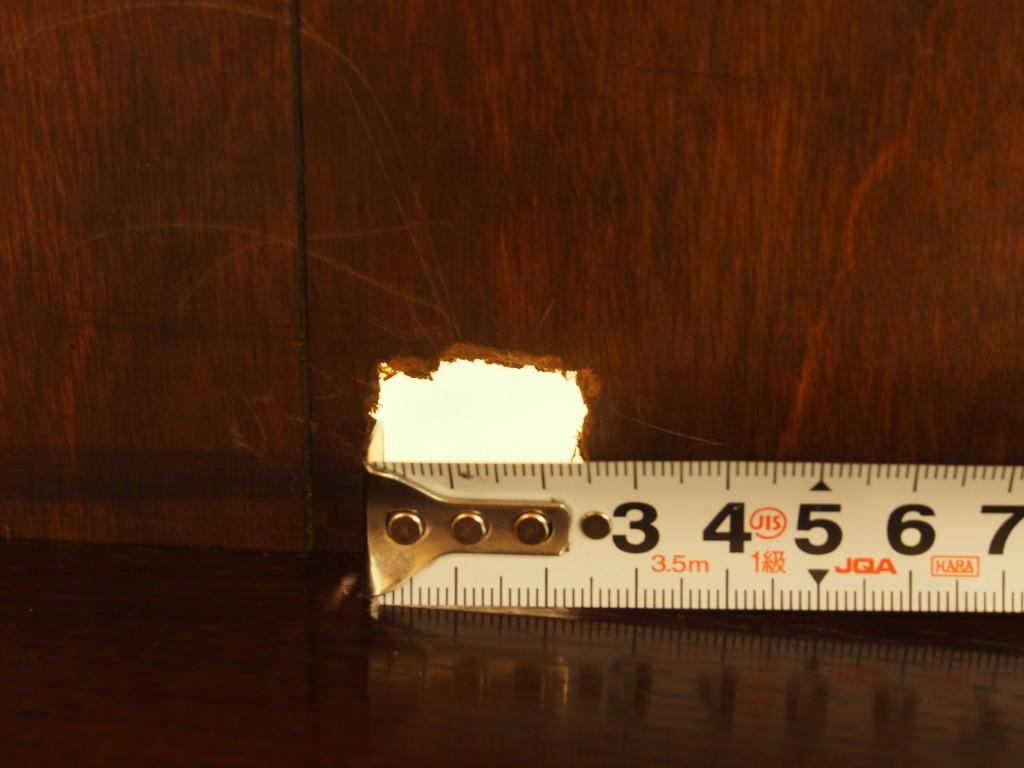 背面上段、左側に横2.5㎝×縦2㎝の穴が開いています。
