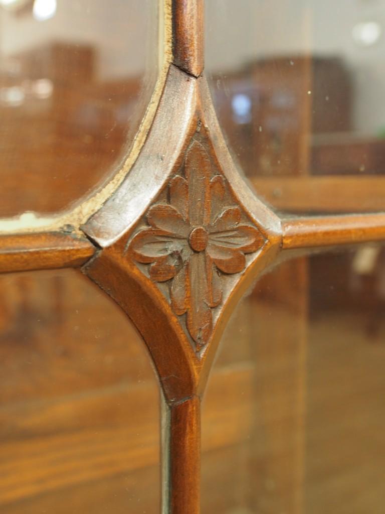 ガラス扉中央部分の彫です