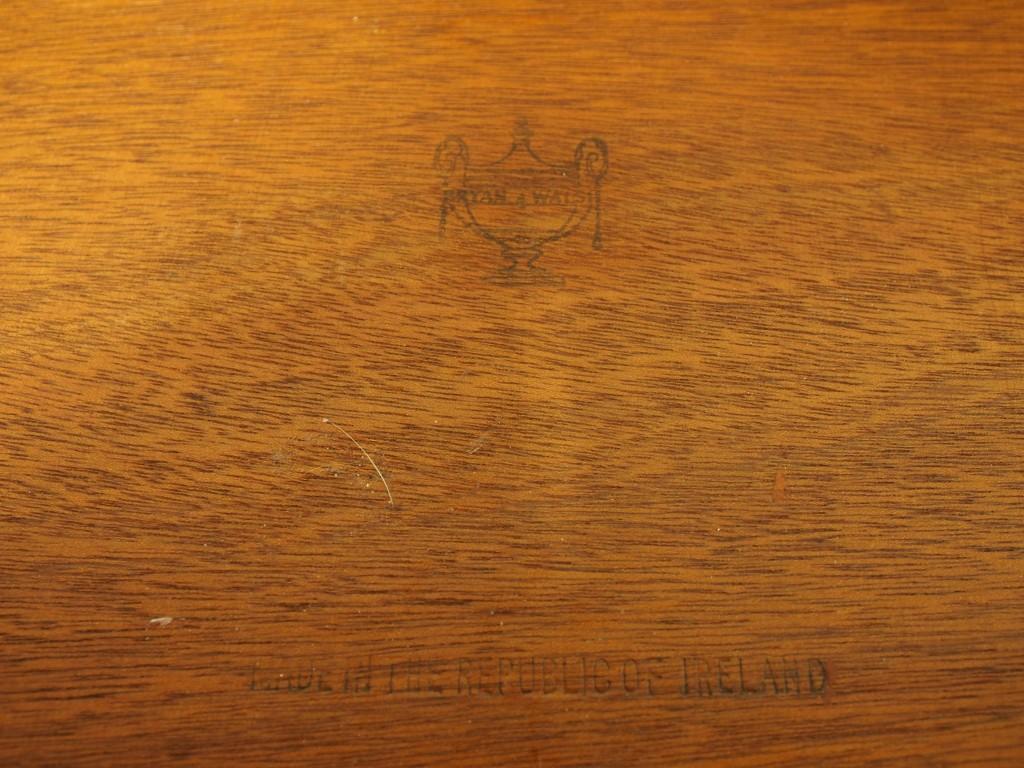 引き出し最上段の内部にアイルランド製を記した刻印があります。