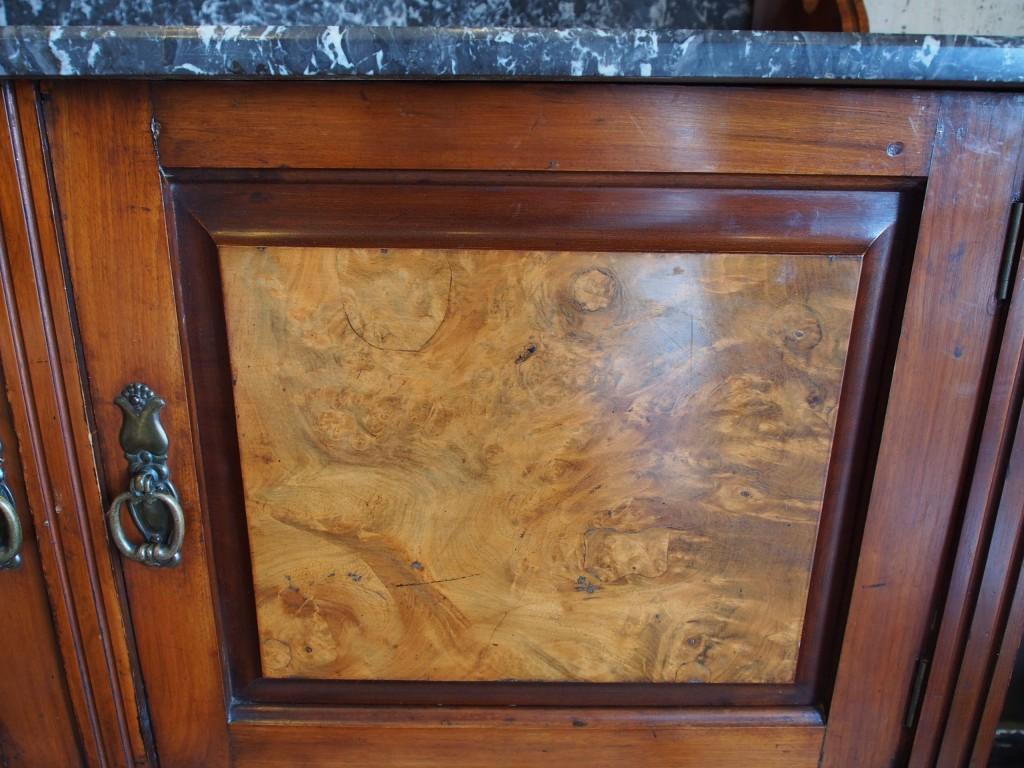 開き扉は美しいウォルナットの木目がアクセントに。