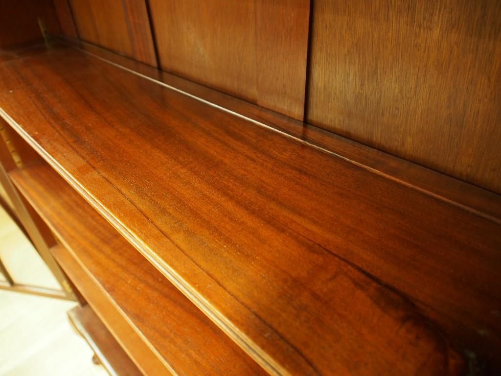 棚板の奥側(背面側)にお皿を立てられるように溝が彫られてあります。