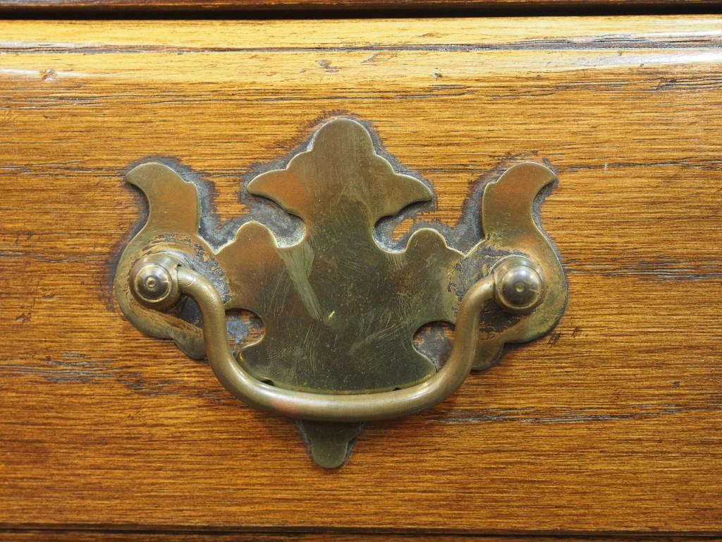ブラスのLoop Handleは18世紀半ば頃に流行ったデザインを用いています。