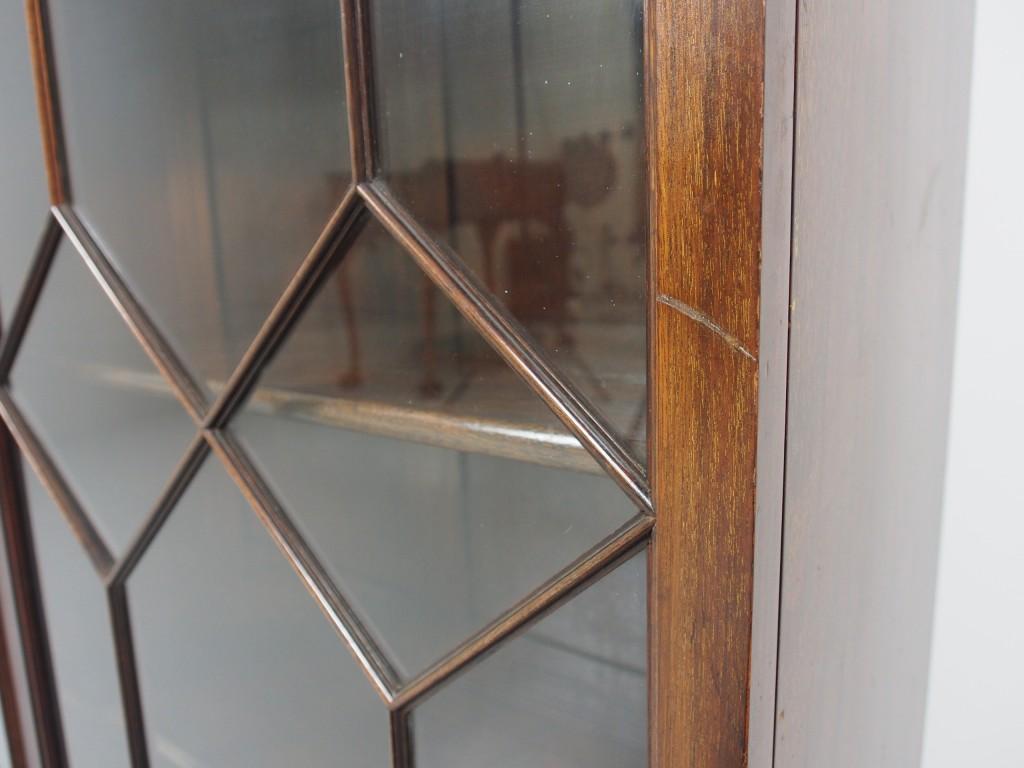 右扉のフレームに修復不可のキズがあります。