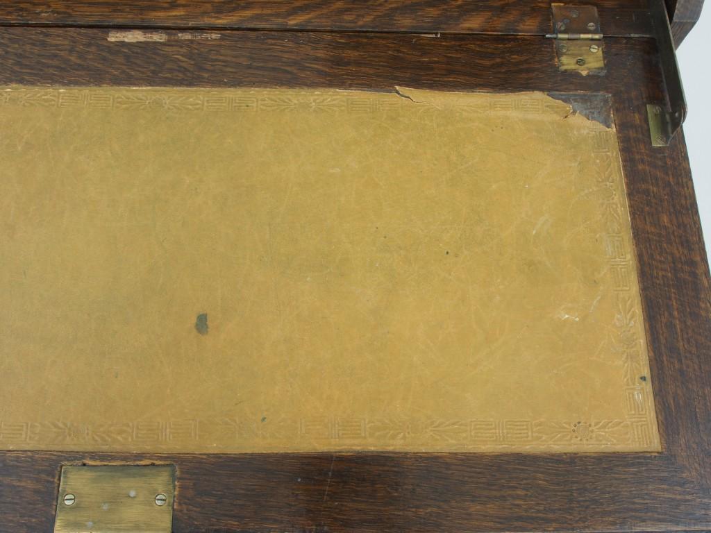 デスク天板の革に一部剥がれが見受けられます。