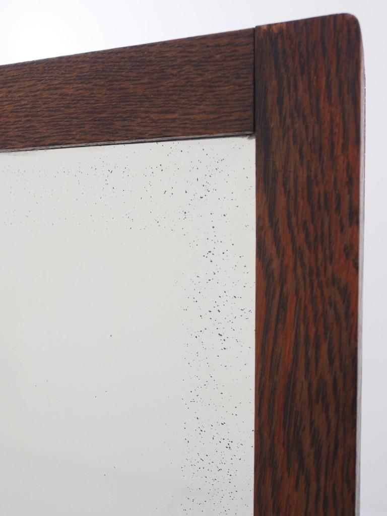 ミラー部分の経年劣化で黒い点が見受けられます。