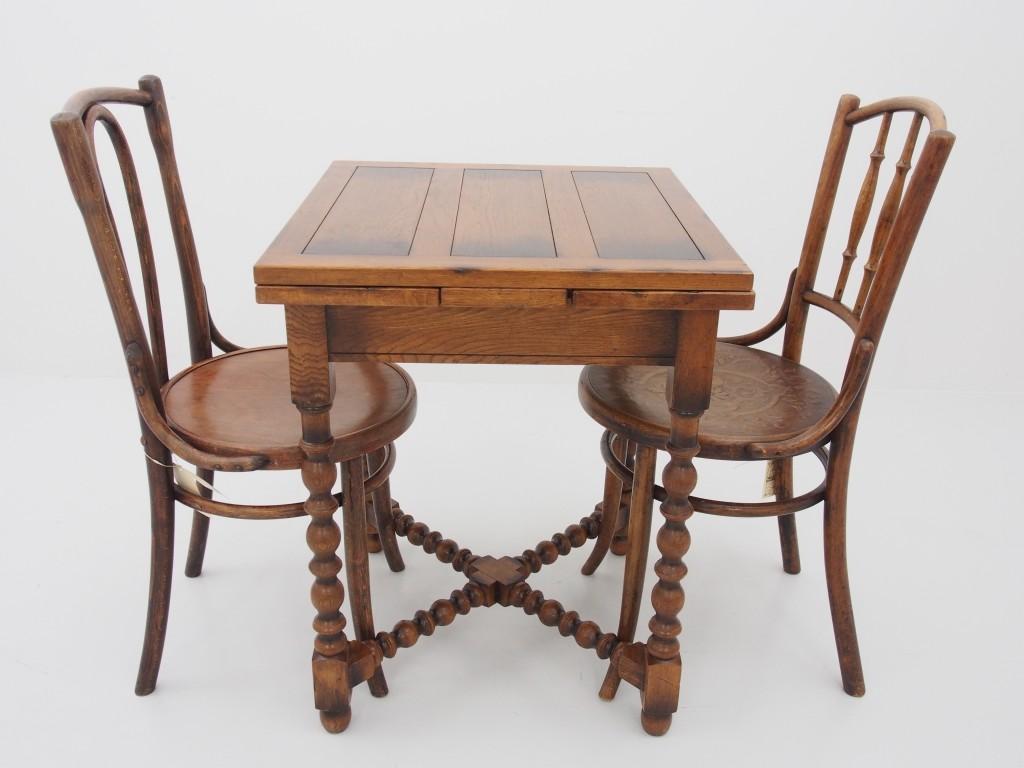 チェア組み合わせ例 右【13110201001 Bentwood Spindle Chair】 左【13110201004 Round Long Hoopback Chair】