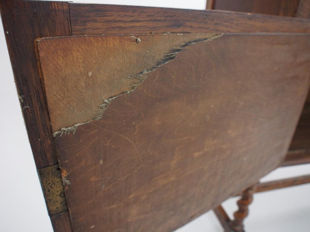 左側扉裏のベニヤに割れがありますが、補修で綺麗になります。