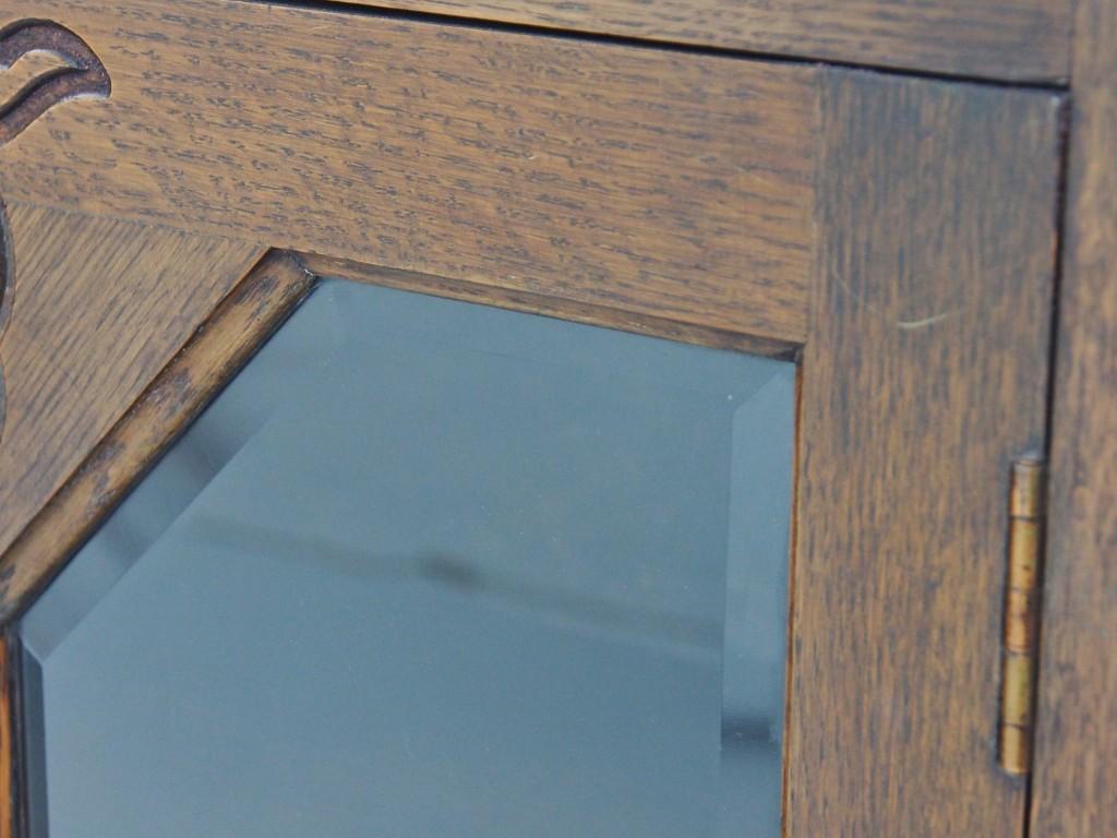 ガラスには普通のブックケースにはあまり見ることのない面取りが施されています。