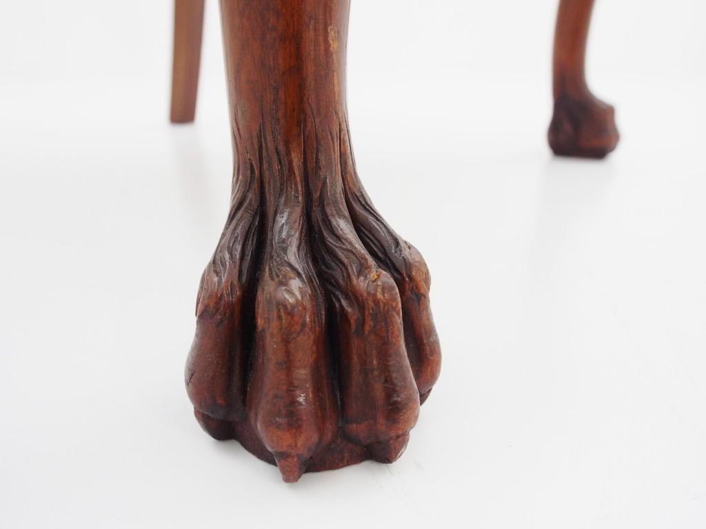 脚元は「ヘアリーポウ」という、ライオンの足をモチーフにしたデザインです。