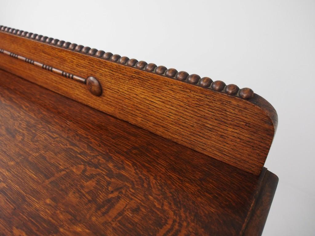 飾り板の縁にまで、ボビン(プチプチ)の装飾がされていて、 このブックケースに対する職人の愛情が感じられます。
