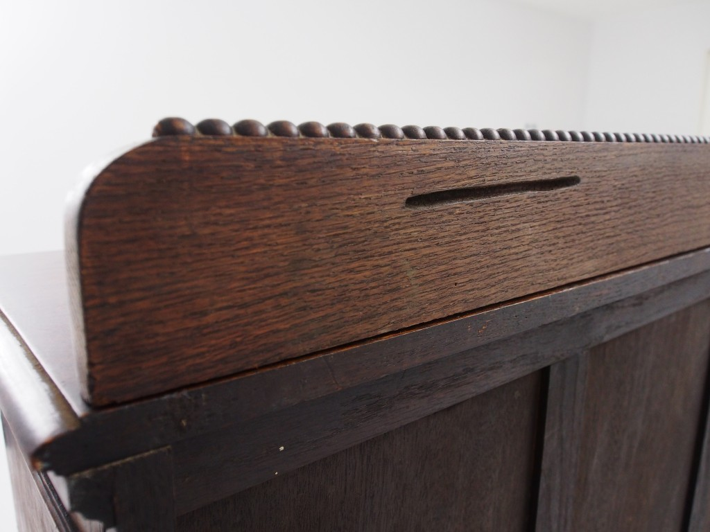 トップの飾り板の裏側に15センチほどの溝キズがあります。