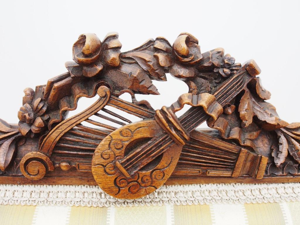 ギターのようなリュートのような弦楽器やハープが彫刻されています。