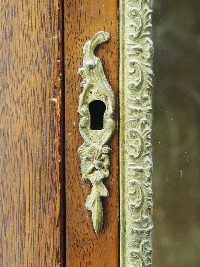 鍵穴周りの細工もフレンチならではのお洒落な細工です。