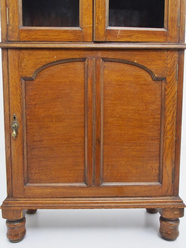 下段の木扉のデザインは上段のガラス窓とお揃いです。