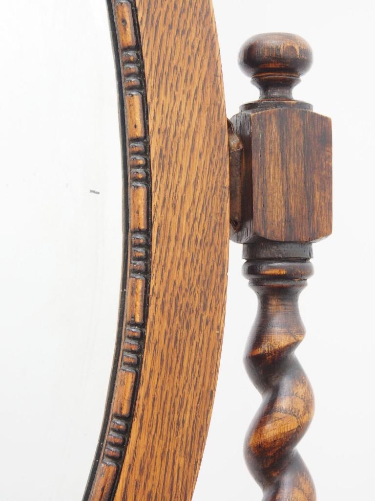 サイドの支柱についている金具にミラーを上から 嵌め込む(引っ掛ける)ようにして設置します。