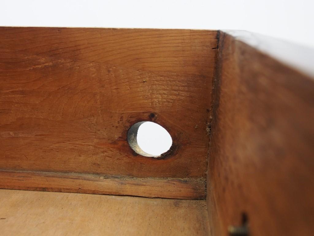 引き出し中段右側に節が抜けた穴がありますが、ご希望でしたらメンテナンスで穴を埋めることができます。