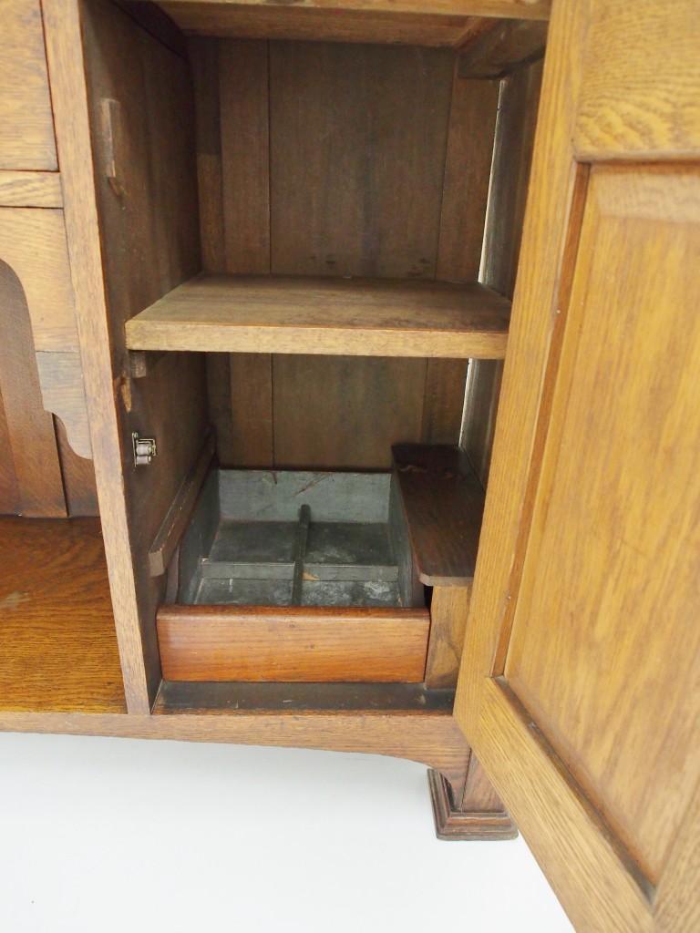 右開き戸内部にはボトル用の引き出しがついています。