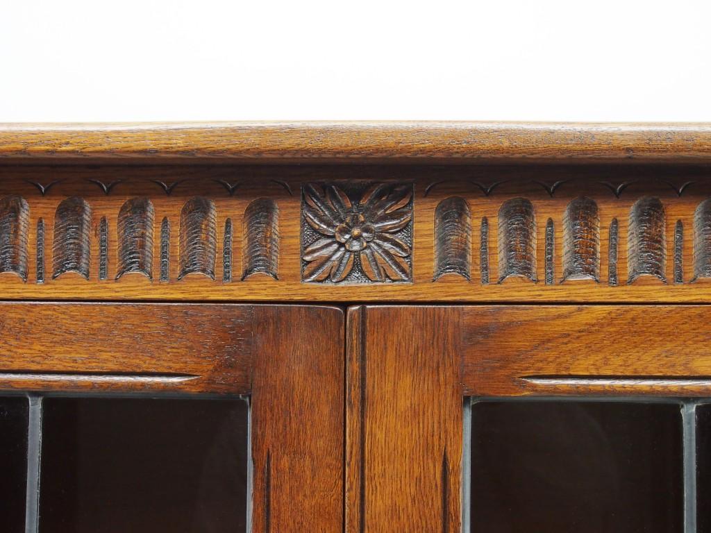 縦に彫られた溝はヌーリングといって教会のアーチ窓をイメージとしたデザインの装飾です。