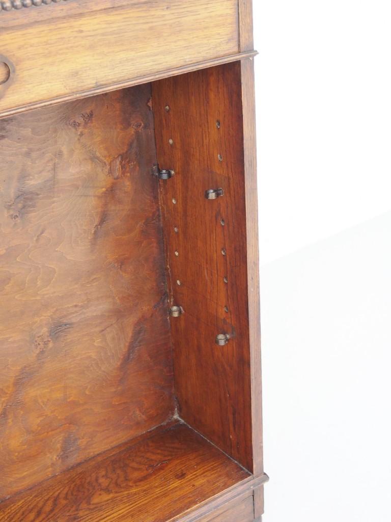 収納する物の高さに合わせてダボ穴に棚受けパーツを差し込みます。