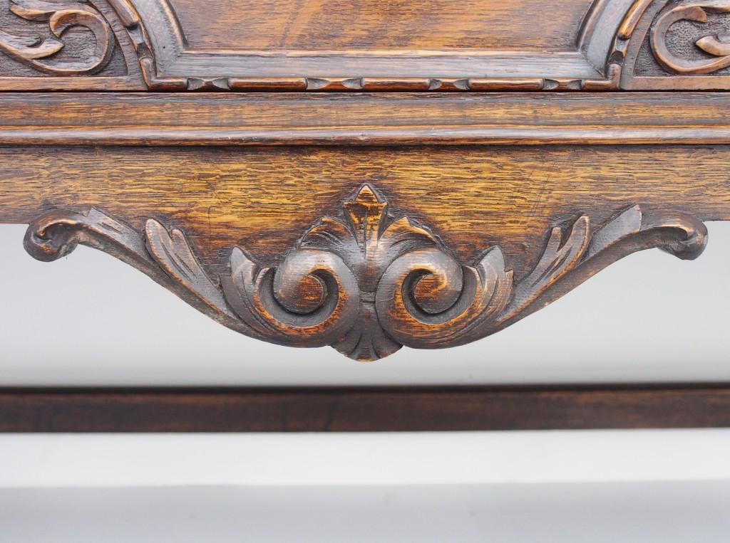 中央引き出し下の飾り板にはスクロールしたアカンサスがダイナミックに彫られています。