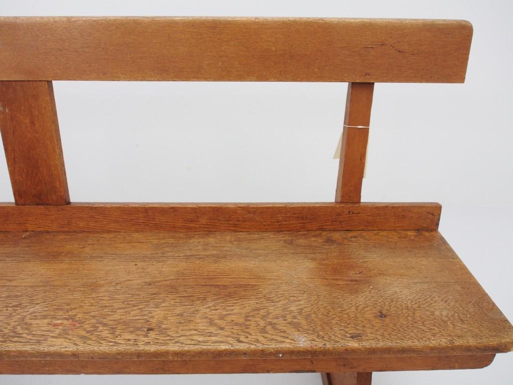 後に並べているベンチの座面