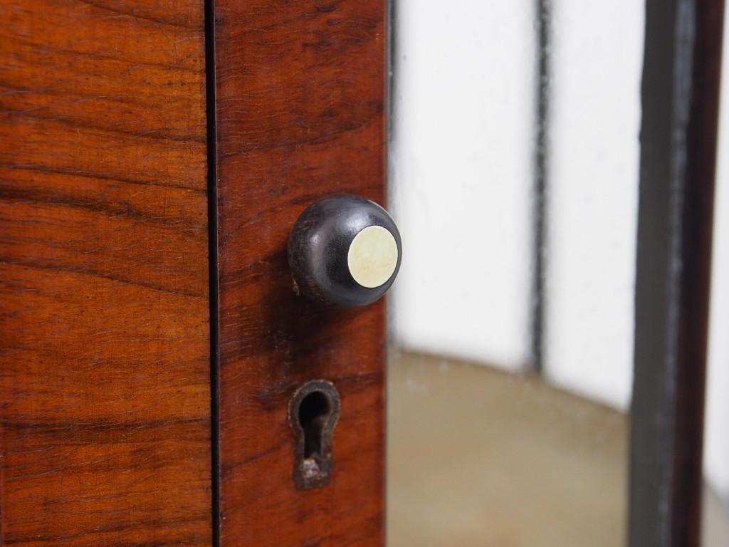 扉にはコロンと丸いツマミがついています。