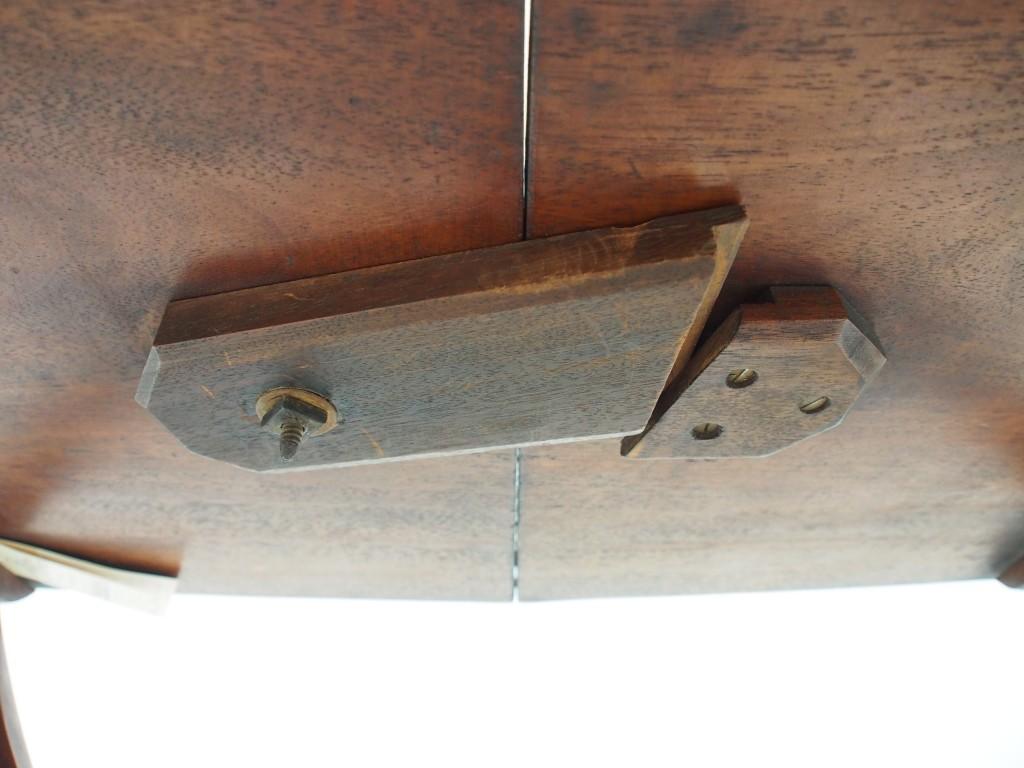 折りたたむ際は、天板裏のパーツをスライドさせてロックを解除します。
