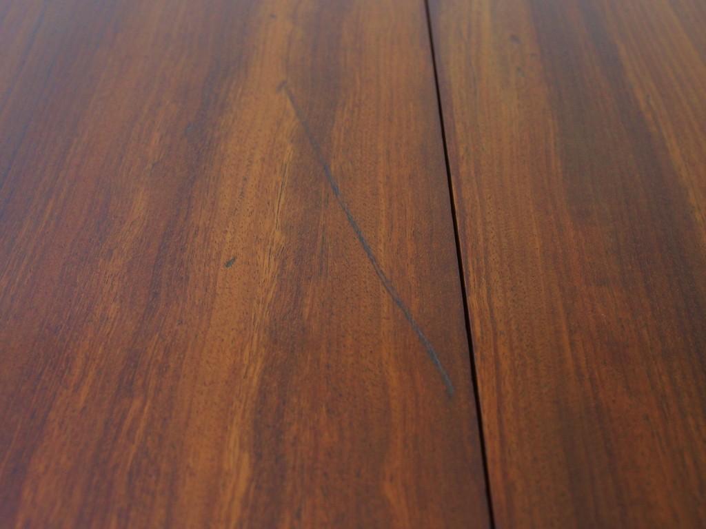 天板に筋状のキズや打痕跡、ひび割れが見受けられます。