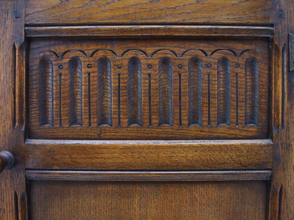 ヌーリングという教会のアーチ窓をイメージとしたデザインの装飾です。