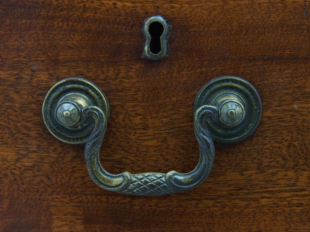 18世紀後半に流行ったスワンネックデザインのハンドルを取り入れています。