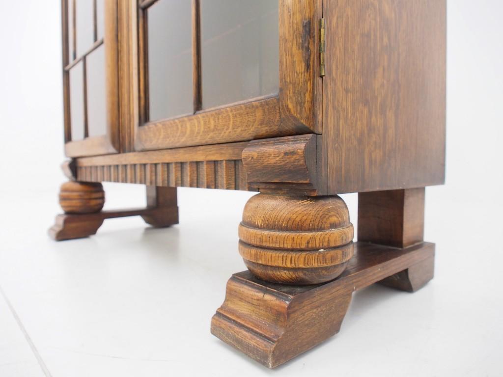どっしりとした脚はバンフットの変形デザイン。収納するものの重みをしっかりと支えます。