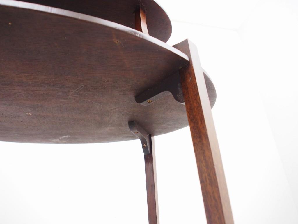 下段の棚は裏からしっかりと補強パーツが支えています。