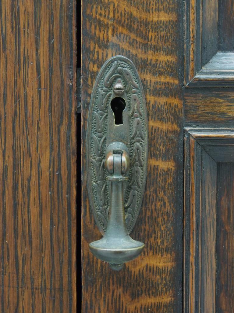 開き扉:右側つまみ