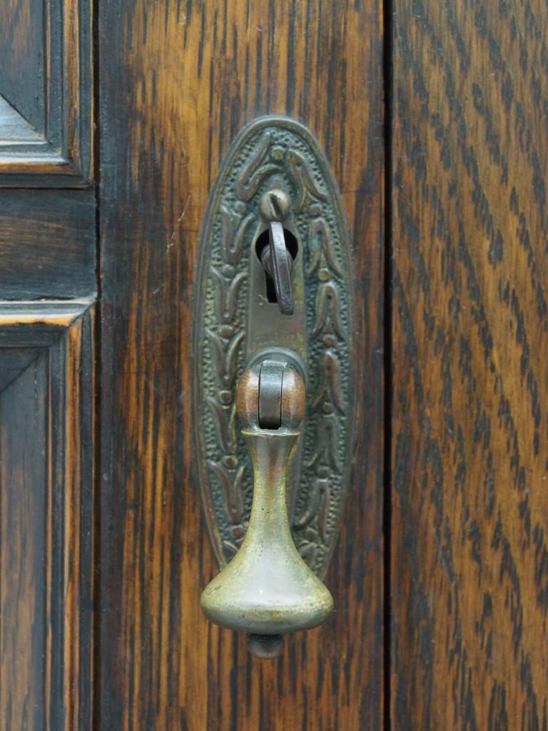 開き扉:左側つまみ