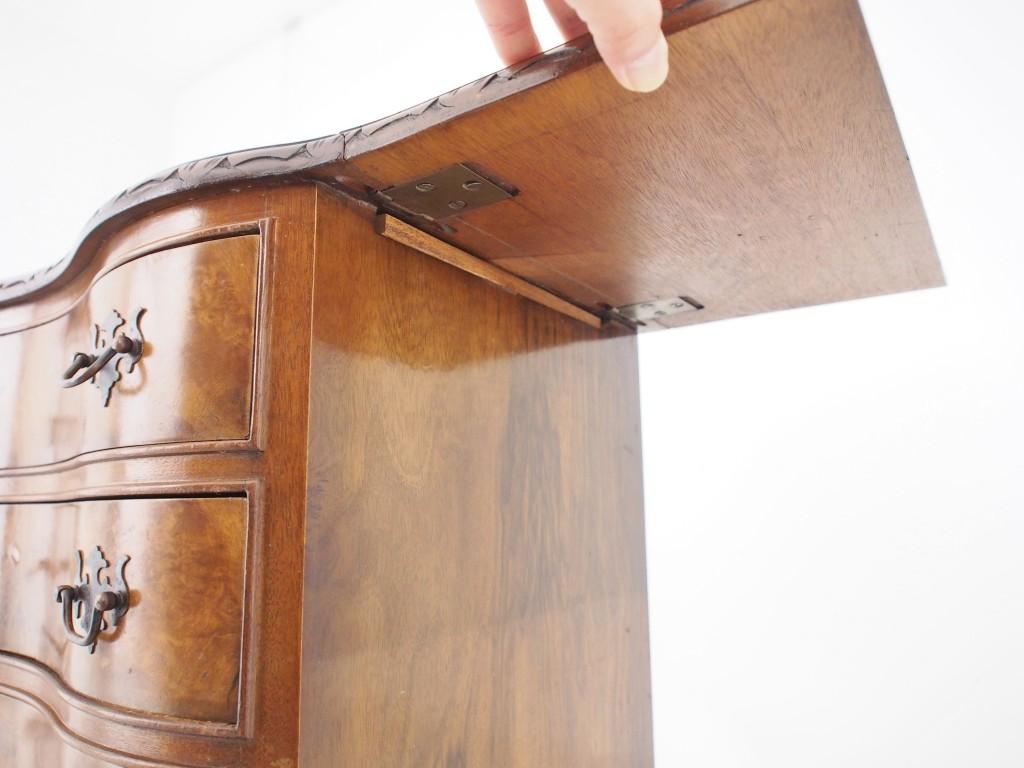 ドロップした天板を持ち上げて天板下切れ込みが入っている部分の補助板を回転させ、天板を固定します。