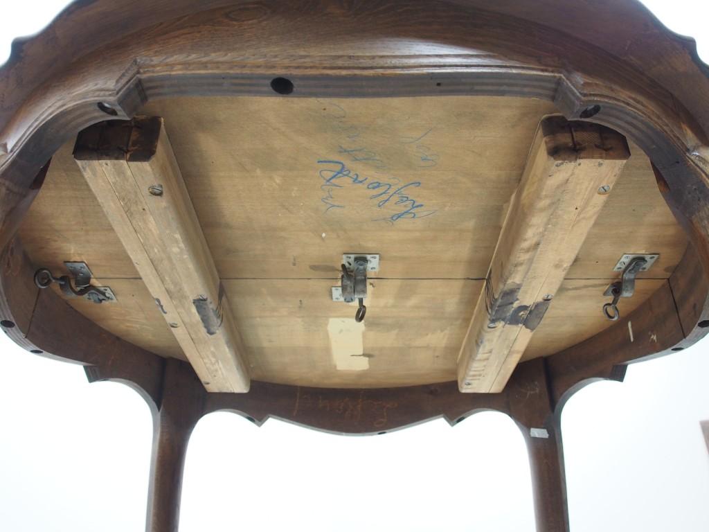 天板裏左右と中央にロックパーツがついています。 天板を広げる時は左右のロックを解除するだけで広がります。 中央のロックは補助天板を固定するためのものです。